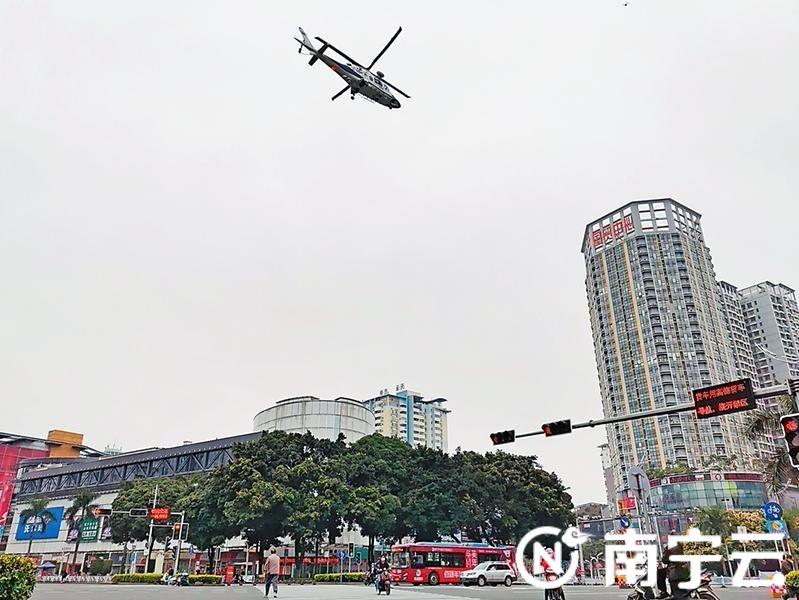 警用直升机空中巡逻,通过机载广播进行疫情防控政策宣传