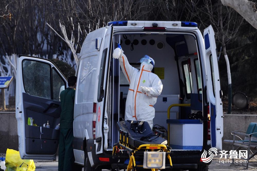 图为在运送转院病人后,对车辆进行全面消毒。