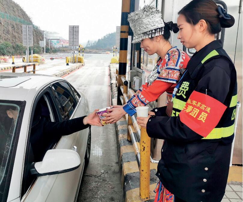 湖南张家界高速管理处:特色服务助旅客出行
