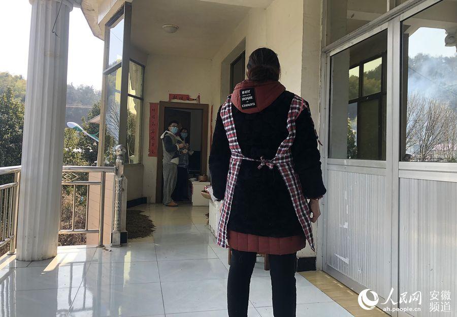 """村医老何:隔离医学博士""""小情侣"""""""