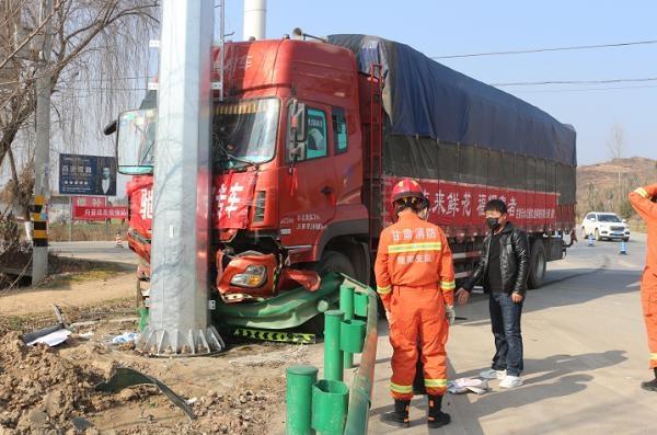 """摩托车与货车相撞""""钻入""""车底,甘肃陇南成县消防紧急营救被困者"""