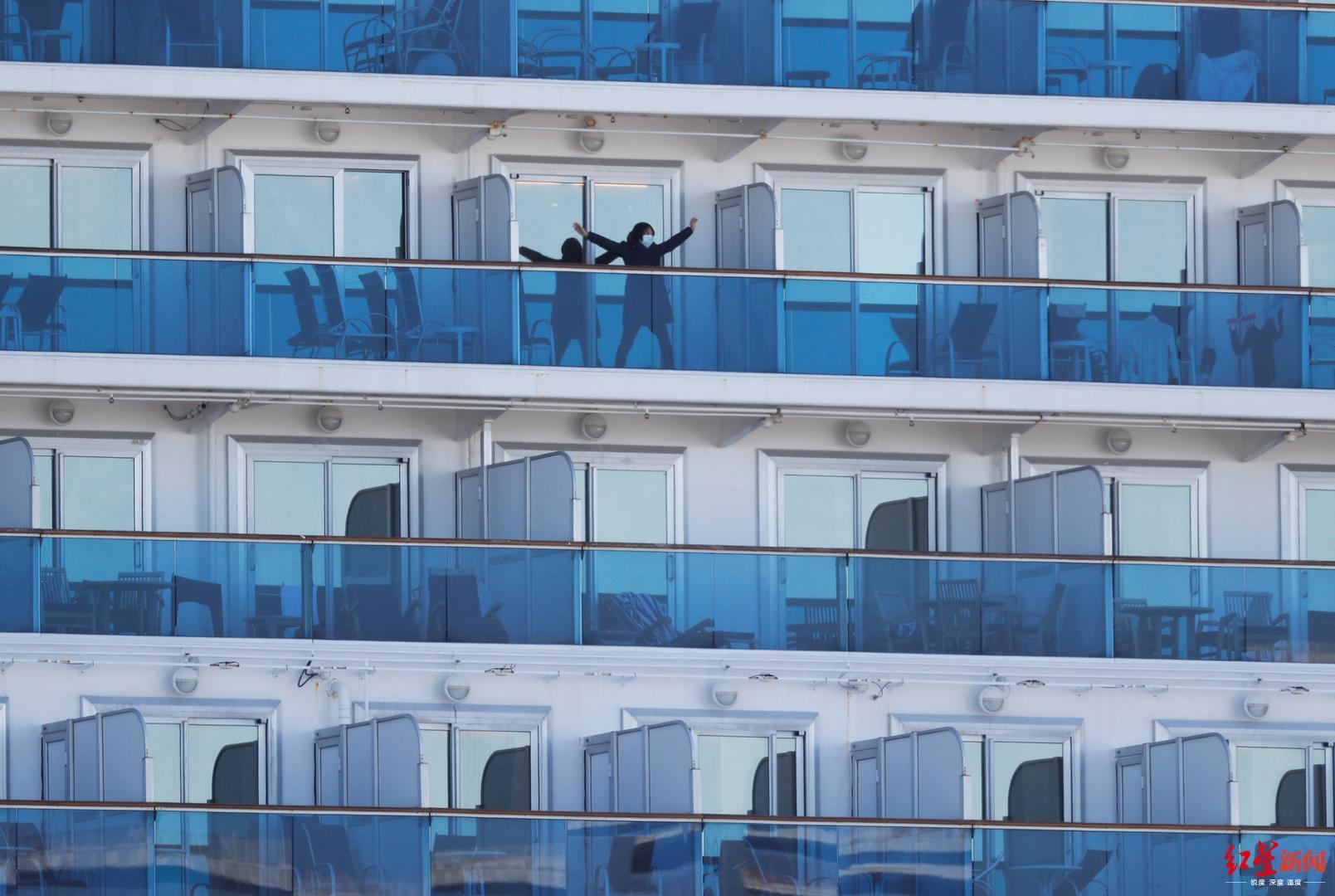 """被隔离的""""钻石公主""""号上,一名乘客在阳台上伸展身体 图据路透社"""