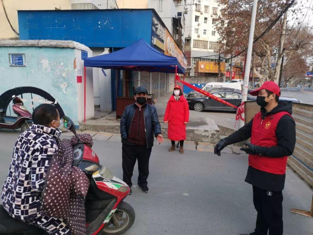 张湾区自愿者小区门口劝返群众