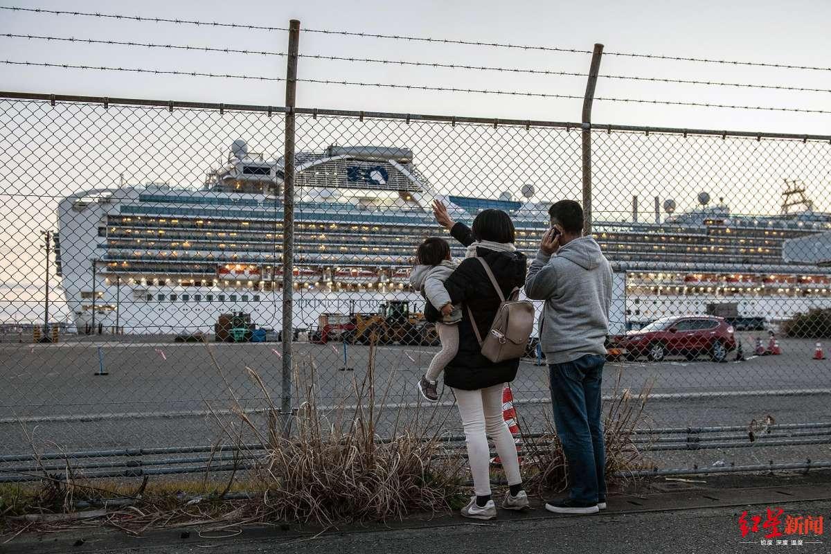 """人们向停靠的""""钻石公主""""号邮轮挥手 图据《旧金山纪事报》"""