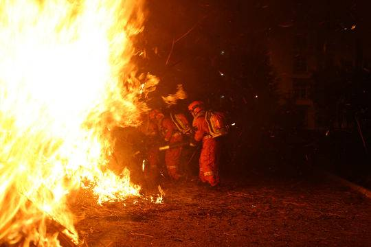 凉山州连发几场森林火灾 四川组织1590余人全力灭火