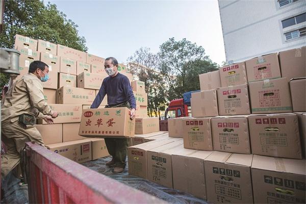 2月12日15点40分左右,来自江苏东台的40万枚鸡蛋送到了湖北黄石,滚烫的爱心! 周巍 摄