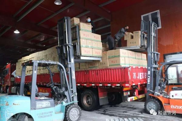 江苏东台捐献者正在装载鸡蛋上车,准备运往湖北黄石。 图片由捐赠者提供