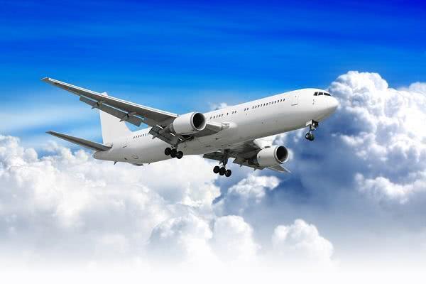 美飞机上女乘客醉酒大闹,非裔女子脏话连篇,节奏感十足如同说唱