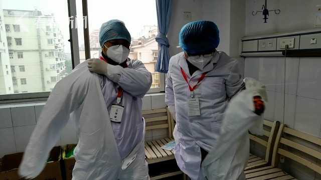 视频 抗疫一线医生示范 防护服穿脱正确姿势图片