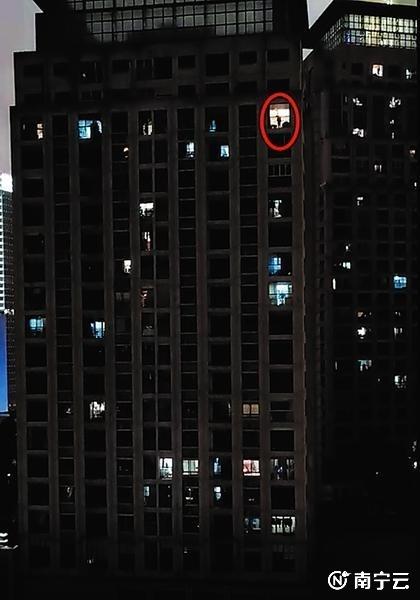 王某(红圈处)在家里往楼下扔家具(视频截图)