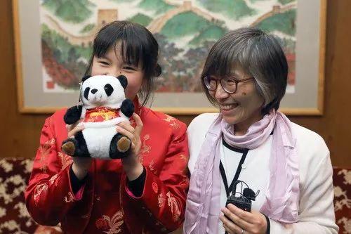2月13日,在日本东京中国驻日本大使馆,旗袍女孩(左)和母亲杉崎广子接受记者采访。新华社记者 杜潇逸 摄
