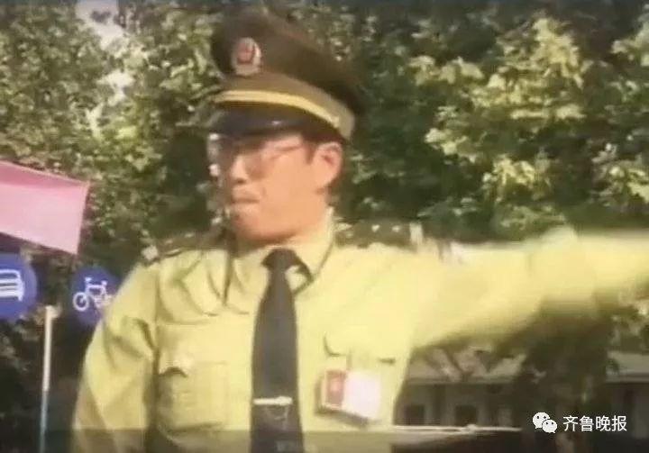 王忠林任职枣庄市交警支队支队长时在街头执勤。(资料片)