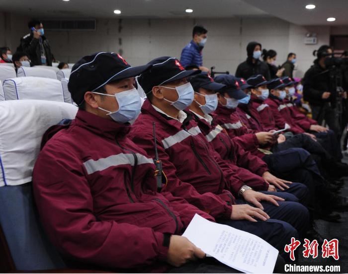 2月4日,王柏磊(左一)在南宁集结赴武汉支援。 蒋雪林 摄