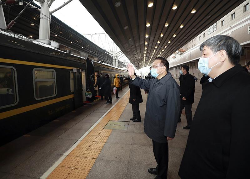 李克强赴北京西站考察有序错峰返程和新冠肺炎疫情防控工作图片