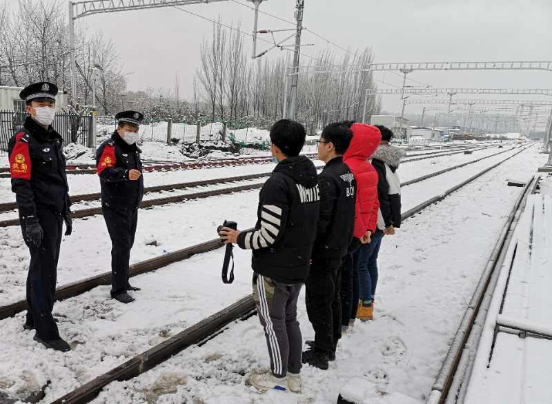 摄影爱好者进入铁路拍雪景,北京铁警劝阻教育图片