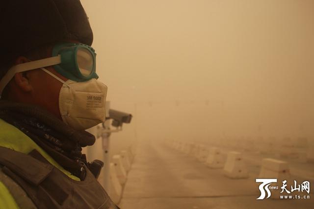 风起沙尘风吹雪 新疆交警抗疫一线迎战恶劣天气