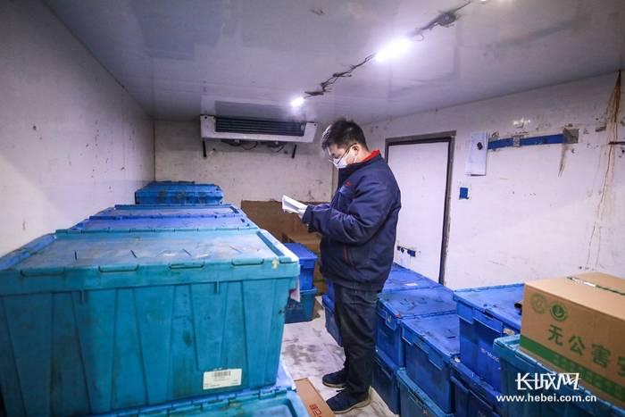 """【夺取疫情防控和经济社会发展双胜利——记者走基层】""""去不了武汉 就在后方做贡献""""——记河北365集团配货员陈国甫的一夜"""