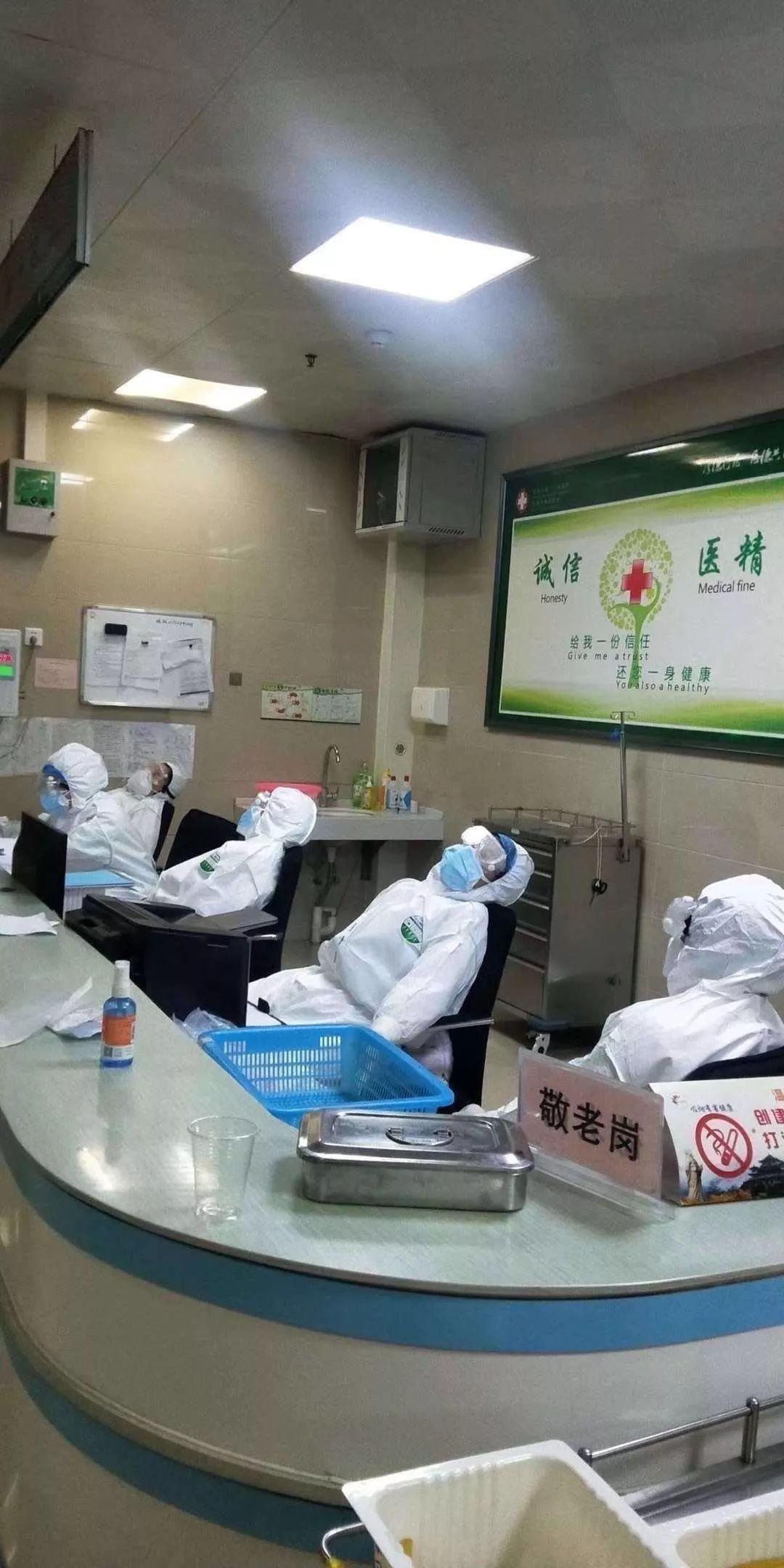 医护人员在靠椅上短暂小憩