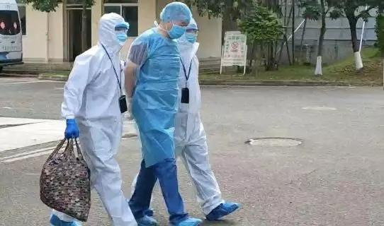 乱吐口水致2名医护人员感染,他治愈出院就被警方带走图片