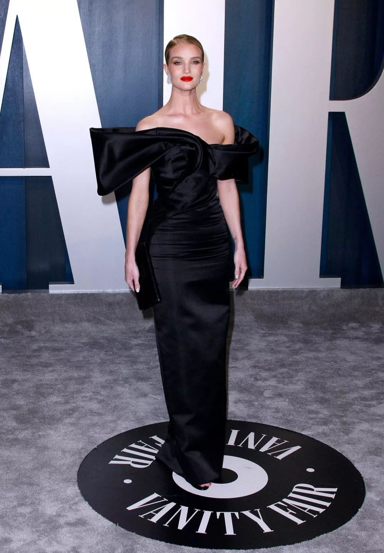 寡姐终于穿对了一次,给罗茜这条小黑裙的气场跪了!