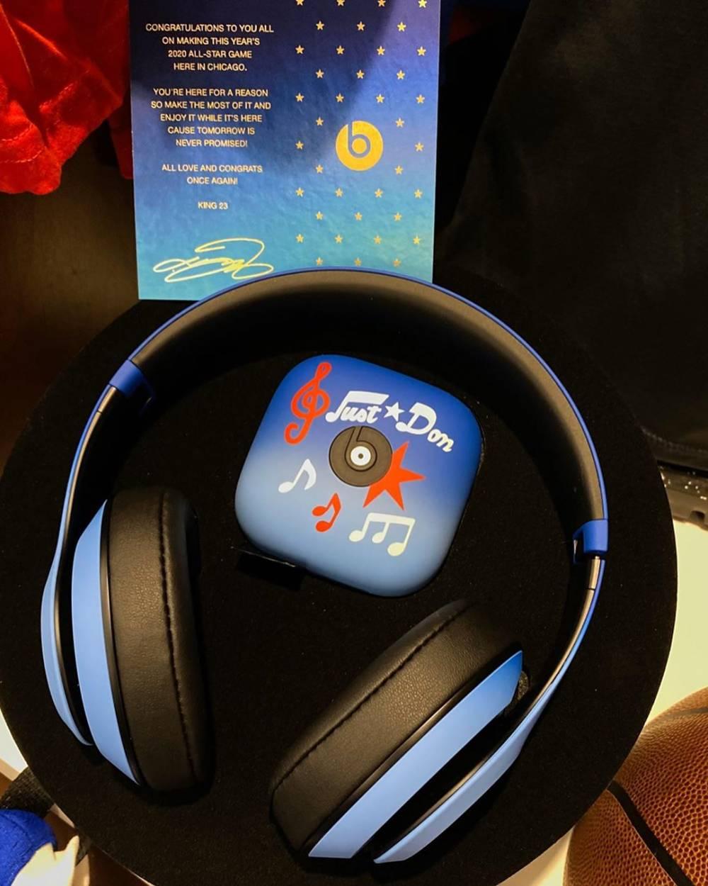 詹姆斯赠送所有全明星队友两款定制版耳机