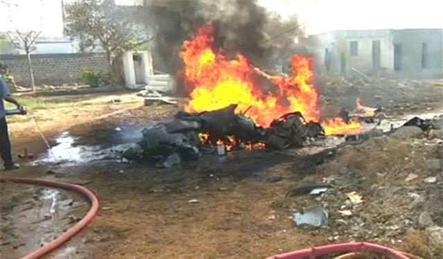 抗击蝗虫遇挫,印度5架飞机坠毁,又遭美元收割,无奈向巴铁求和