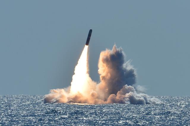 一枚导弹跃出水面,腾空而起飞向太平洋,关键时刻美国亮出了肌肉