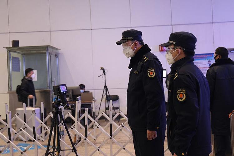 奋战在北京南站防控一线的城管执法队员