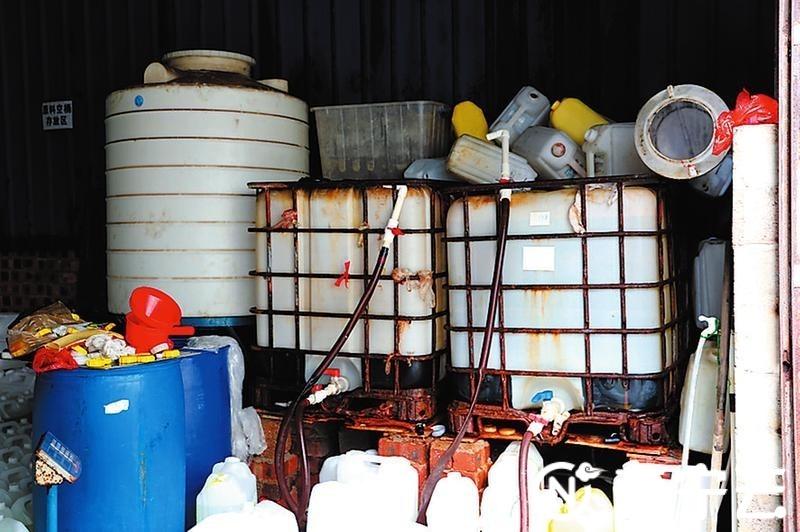 灌装消毒液的设备简陋杂乱。通讯员 周志访摄