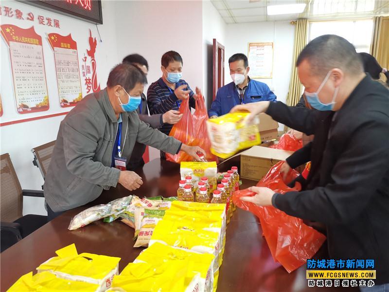 防城区珠河街道发放捐赠物资给一线工作人员