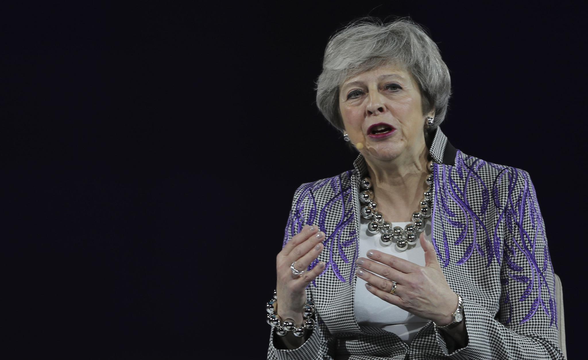 英国前首相梅谈职场�迨�:曾在飞机驾驶舱换礼服