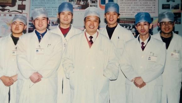 图说:年轻时的刘智明(右三)。受访者供图。