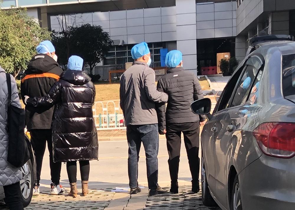 家属相互搀扶期待刘智明遗体从医院送出。