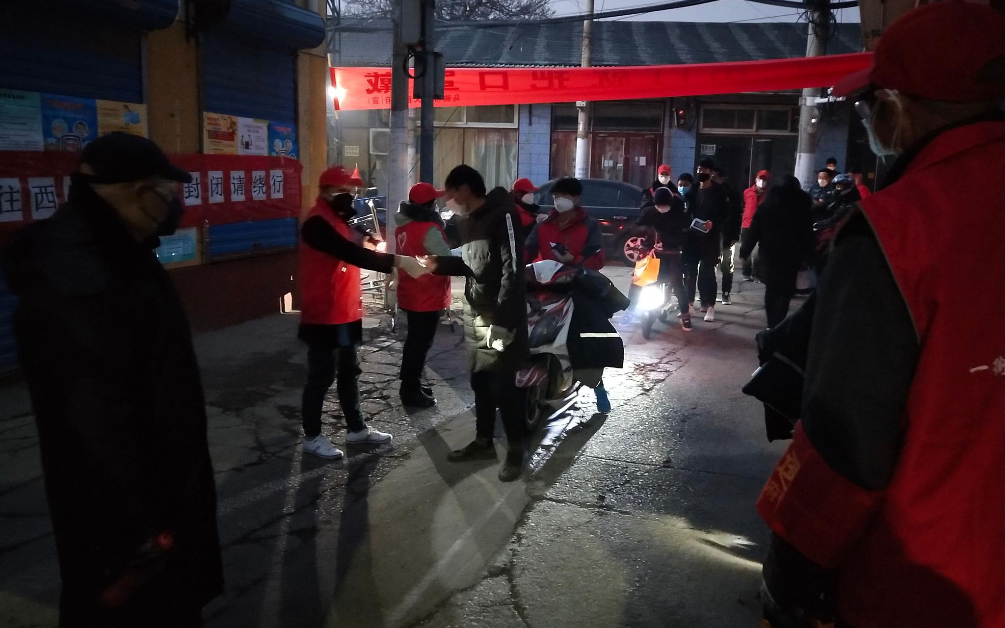 5000租户陆续返京 一街村防疫再次紧绷起来图片