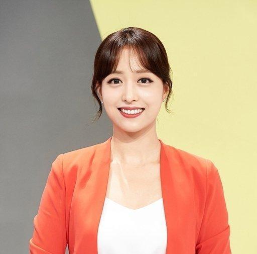 """韩国新闻女主播""""真空""""直播引民众激辩:为搏眼球还是为女权?"""