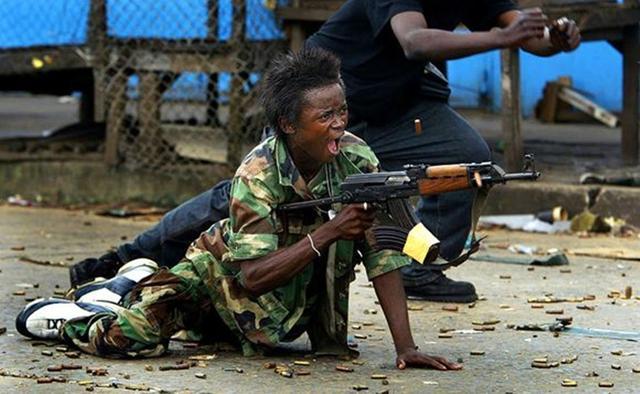 看非洲兄弟是怎么打仗的?命中率都是浮云,只要姿势帅气就行