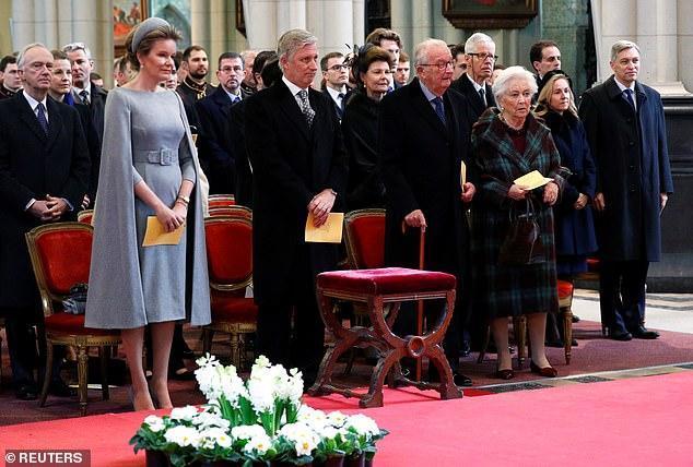 比利时国王紧牵妻子秀恩爱,47岁王后穿高级灰披肩礼服出尘脱俗