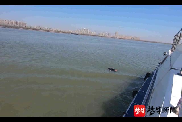 中年男长江大桥跳江,幸获南京水警及时营救