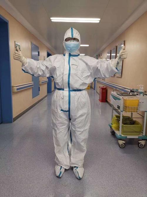 重症科女护士战疫日记:20床喘气呼噜大爷,28床全家患病夫妻!你们是如此痛但坚强