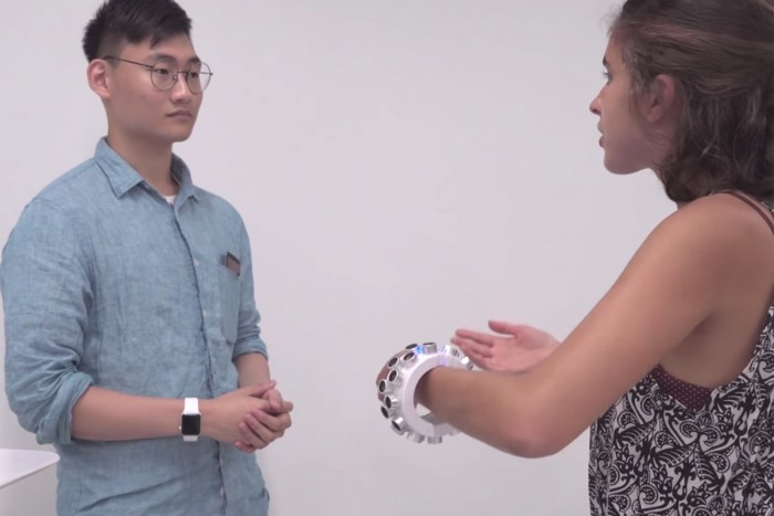 [图]科学家研发超声波可穿戴设备:干扰数码设备监听我们的风险