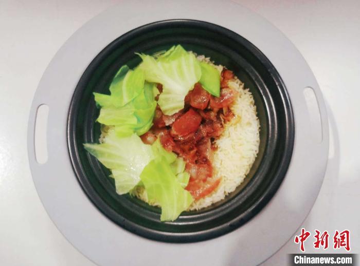 机器人大厨做出来的广东特色主食——腊味煲仔饭。 碧桂园供图  摄