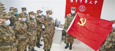军队医护人员 越是艰险越向前(来自疫情防控一线的报道)
