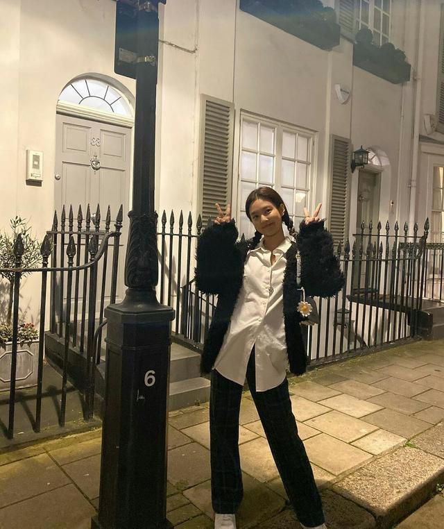 Jennie旅游照更新,白衬衫格纹裤搭毛外套,保暖休闲又时尚