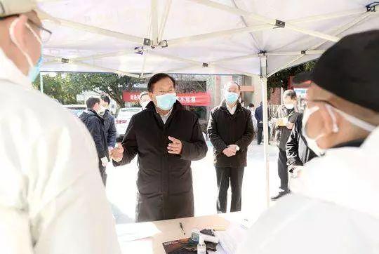 2月18日,湖北省委常委、武汉市委书记王忠林暗访江岸、江汉、硚口等地部分社区疫情防控工作。图片来源:长江日报