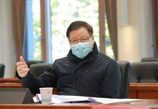 2月18日,湖北省委书记、省新冠肺炎疫情防控指挥部指挥长应勇在武汉市检查督导建院增床情况,并主持召开专题会研究陈设医疗救治相关工作。图片来源:湖北日报