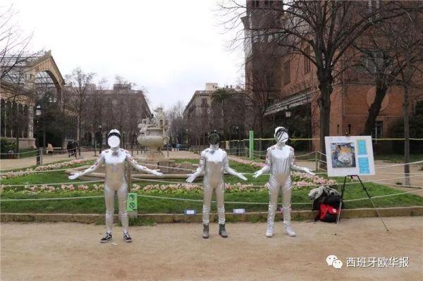 西班牙巴塞华人街头行为艺术,呼吁人们消除歧视
