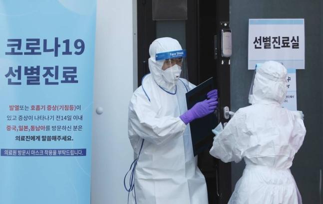身穿防护服的韩国防疫人员(纽西斯通讯社)