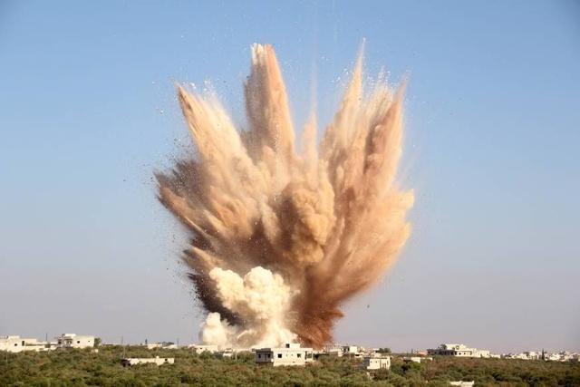 土耳其正式翻脸,俄军派出大批轰炸机扔下云爆弹,叙叛军遭遇重创