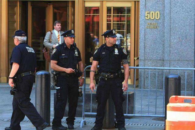警察手枪塞腰间,特种部队放腿边,配枪部位都有什么讲究?