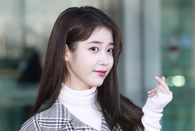 她是韩国版的马尔泰若曦,今穿格纹大衣出发时装周,光滑美腿抢镜